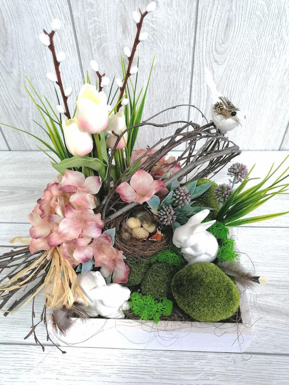 Весенняя композиция с керамическими зайцами и птенцом