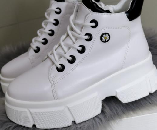 Демісезонні жіночі черевики в білому кольорі