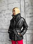 Коротка шкіряна куртка під пояс об'ємна з коміром стійкою (р. 42-46) 501582, фото 8