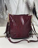 Женская сумка мешок на плечо вместительная бордовая модная с кисточками под рептилию экокожа, фото 1