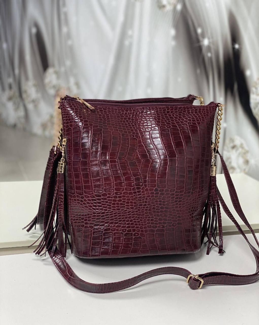 Женская сумка мешок на плечо вместительная бордовая модная с кисточками под рептилию экокожа