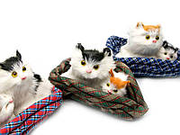 Котята на коврике (мяукают) в автомобиль (16х14х10,5 см)