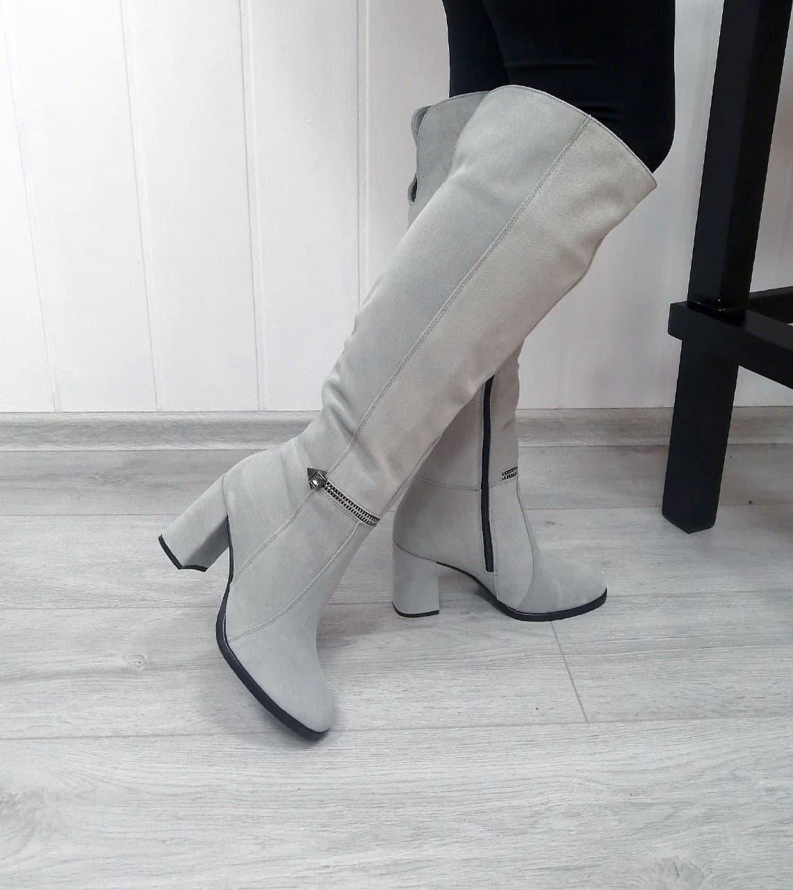 Замшеві сірі чоботи на високих підборах