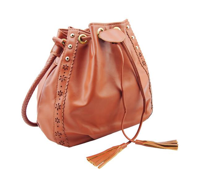 Женская сумка-мешок коричневая вид сбоку