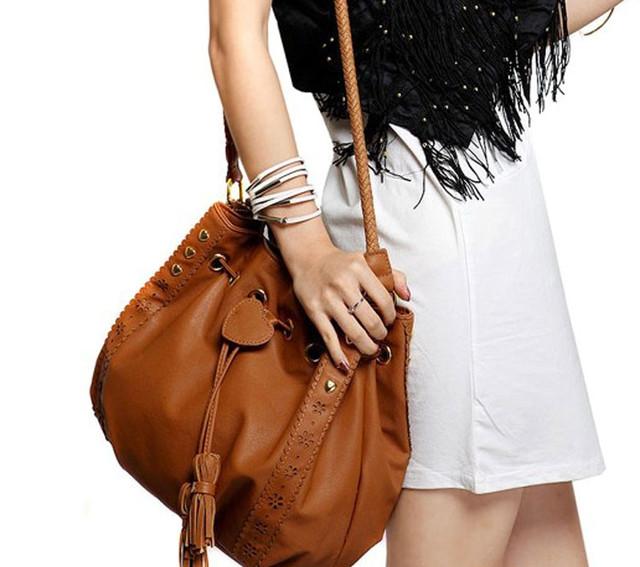 Девушка с коричневой сумкой-мешок