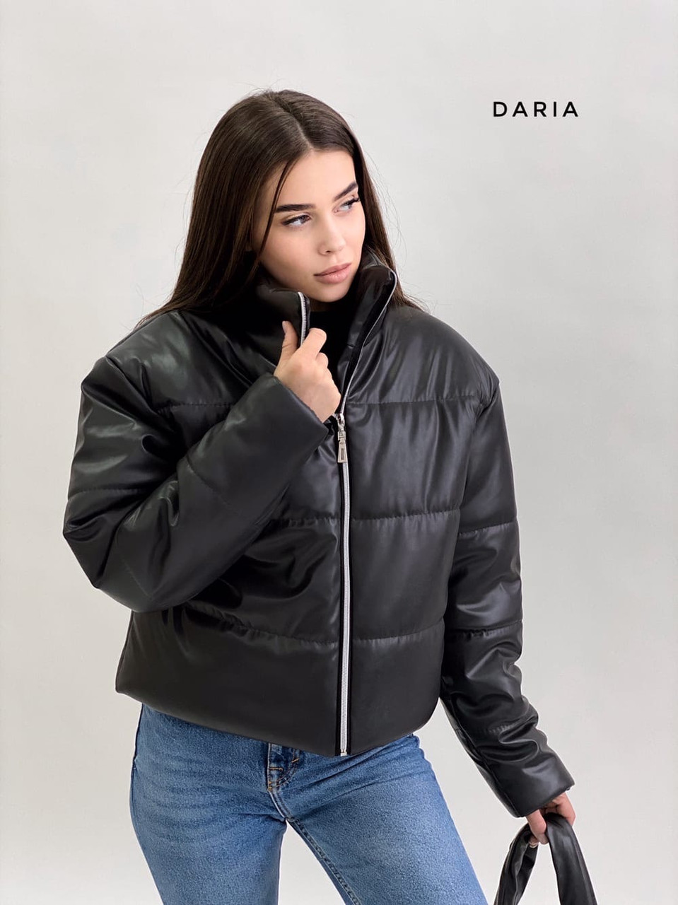 Короткая кожаная куртка на молнии объемная с воротником стойкой (р. 42-46) 55kr580