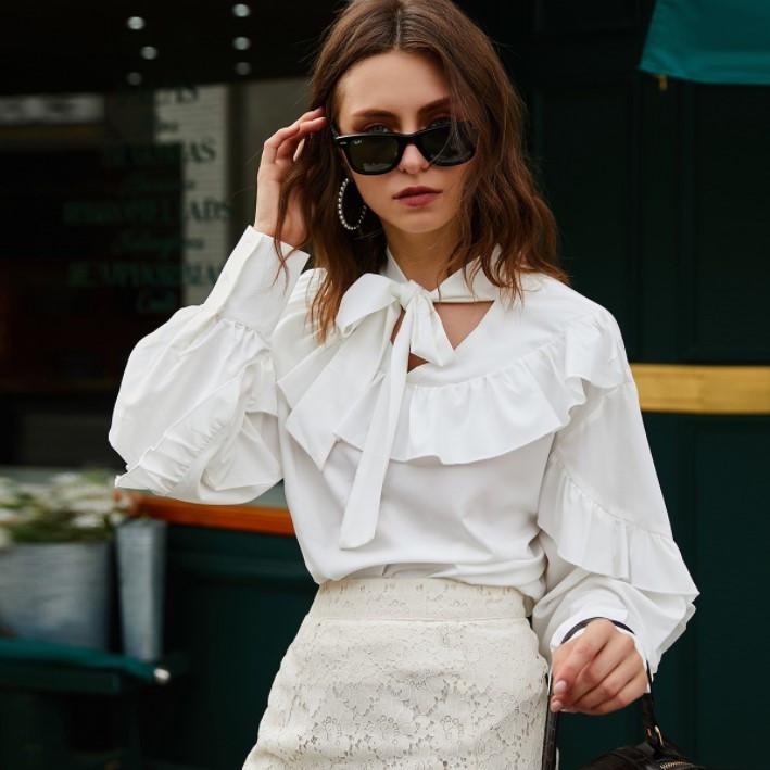 Стильная блузка с рюшами и бантом на шее белая