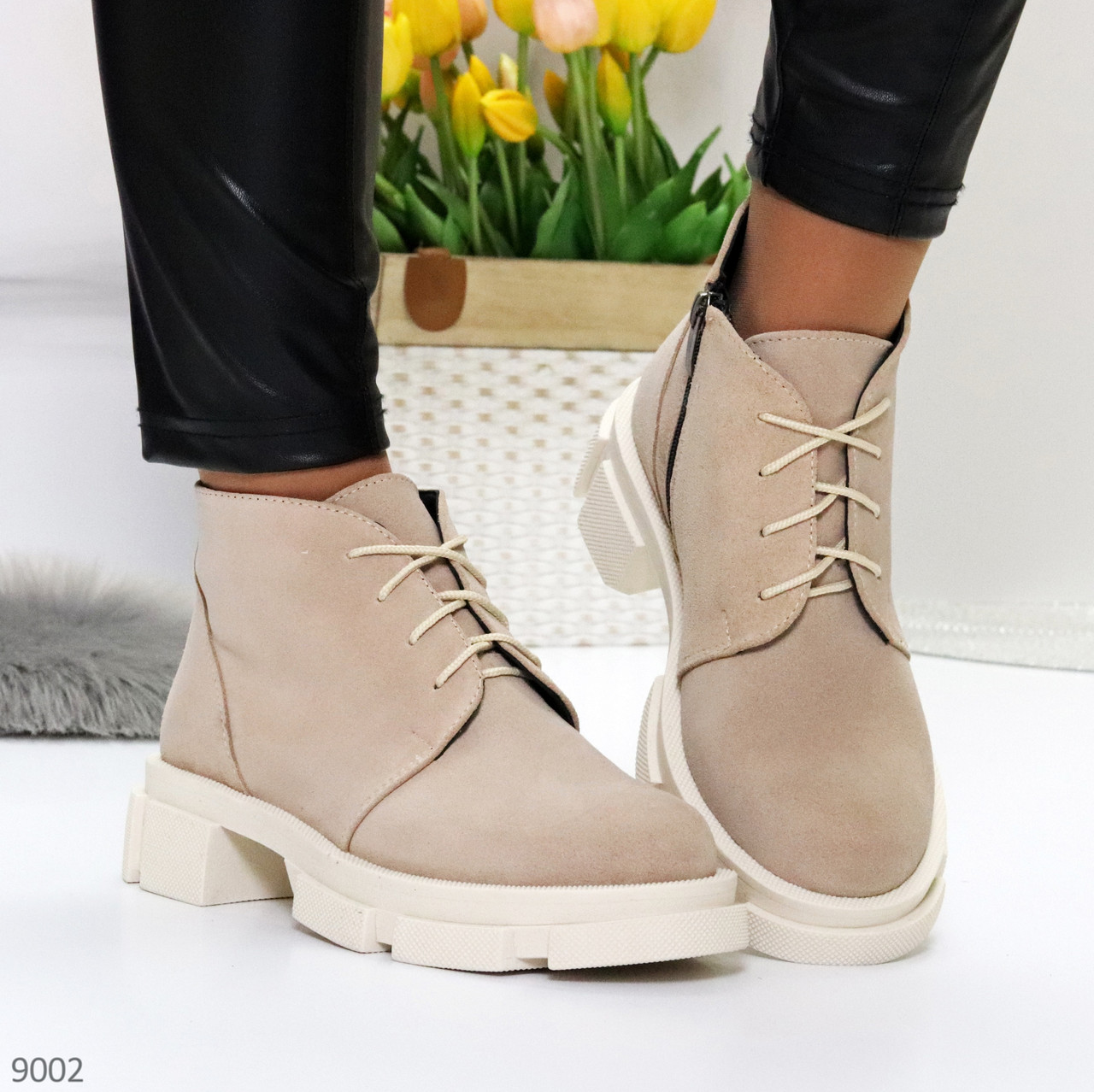 Бежевые женские ботинки гриндерсы из натуральной замши на низком ходу