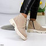 Бежевые женские ботинки гриндерсы из натуральной замши на низком ходу, фото 9