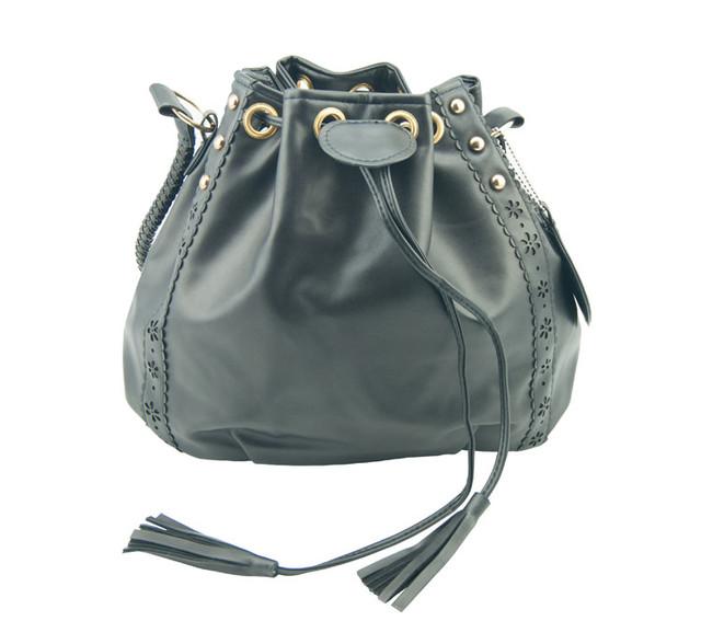 Женская сумка-мешок черная вид спереди.