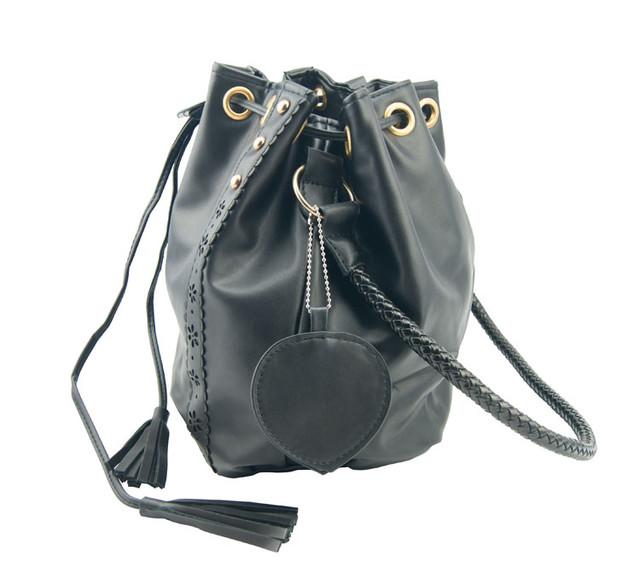 Женская сумка-мешок черная вид сбоку.