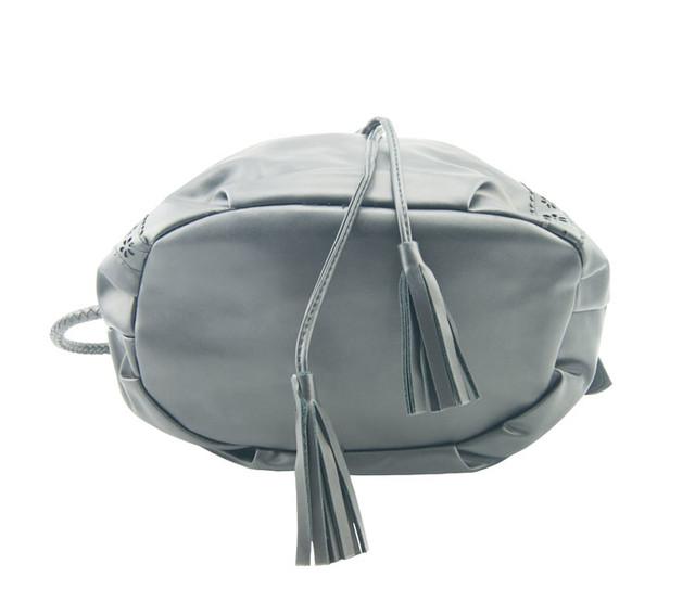 Женская сумка-мешок черная вид снизу.