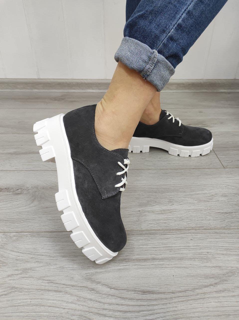 Стильні замшеві черевики сірого кольору