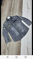 Рубашка джинсовая для мальчика на 5-8 лет серого цвета с нашивками оптом