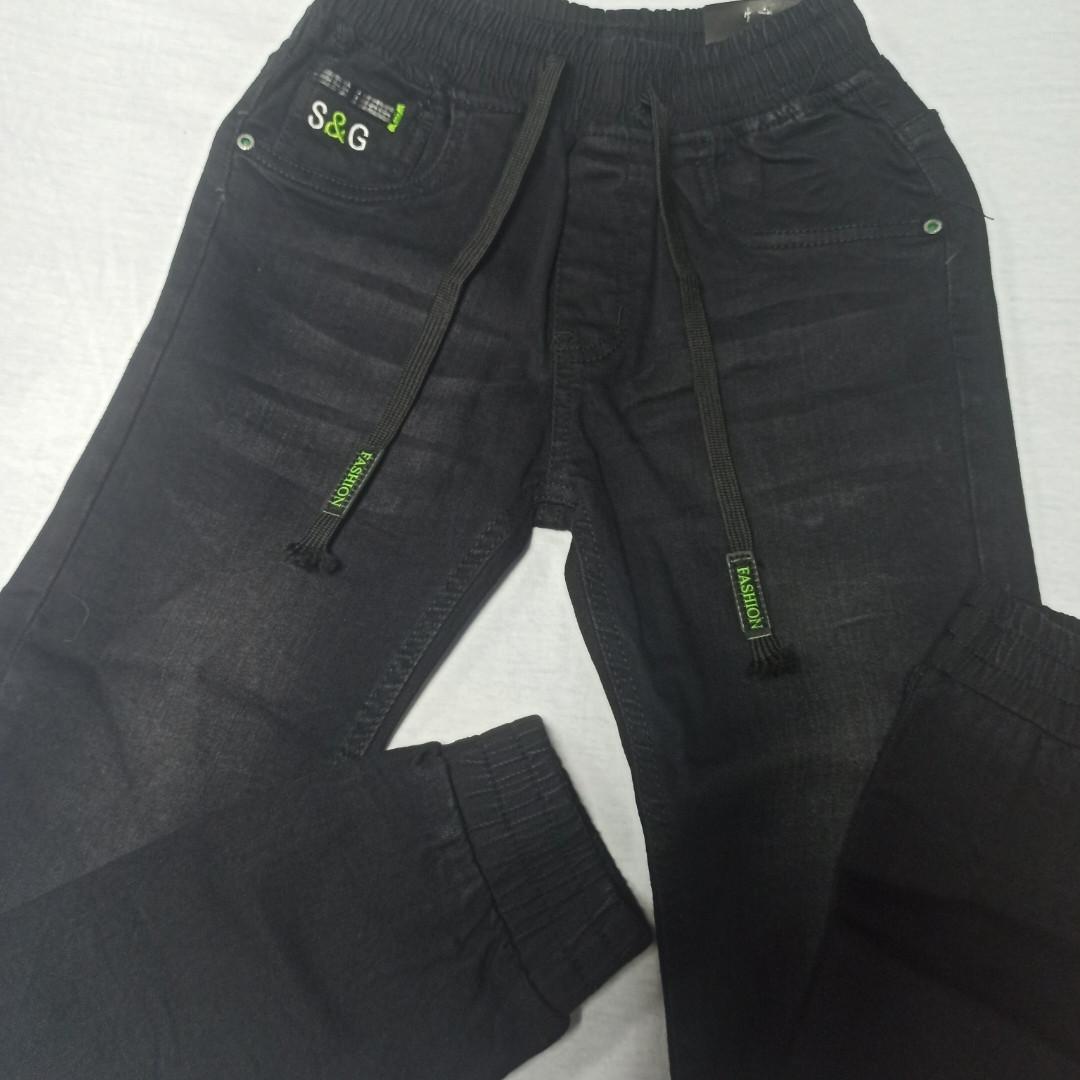 Джинсы демисезонные модные красивые оригинальные чёрного цвета для мальчика. Низ штанов на манжете.