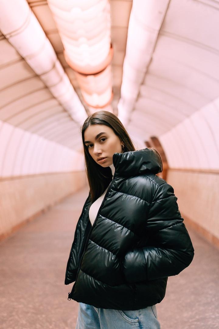 Жіноча чорна коротка весняна куртка