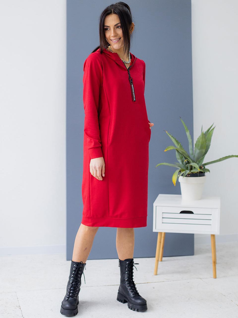 Спортивное платье-худи с капюшоном красного цвета. Модель 3149. Размеры 44-50