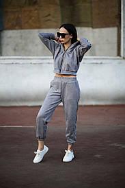 Жіночий сірий замшевий спортивний костюм з капюшоном