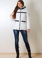 Теплая зимняя куртка модного кроя с карманами белого цвета с черными вставками
