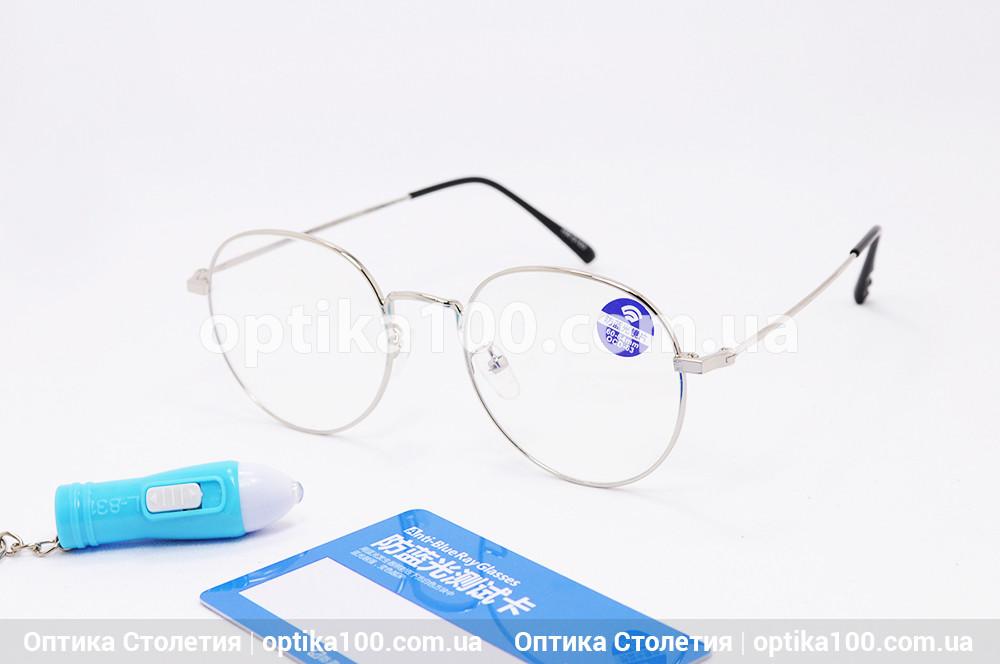 Комп'ютерні окуляри в чорній прямокутній оправі. Скляні лінзи
