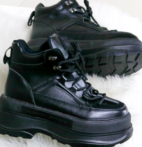 Женские демисезонные ботинки на танкетке