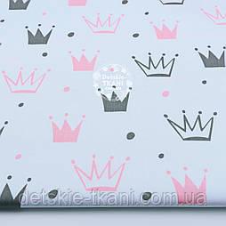 """Брак!!! Тканина бавовняна """"Намальовані корони"""" рожеві і темно-сірі на білому (№1316а)"""