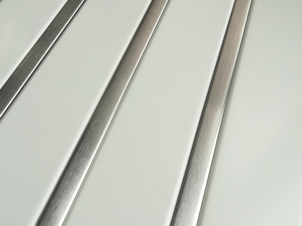 Рейкова алюмінієва стеля Allux білий матовий - нержавійка сатин комплект 190 см х 220 см