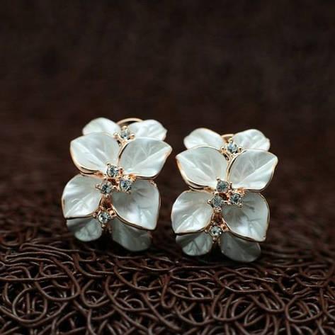 Красиві жіночі сережки у вигляді білих квіток елітна біжутерія позолота 18К, фото 2