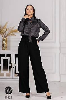 Деловой брючный костюм с блузой в полоску, ворот-стойка на завязках с 42 по 48 размер