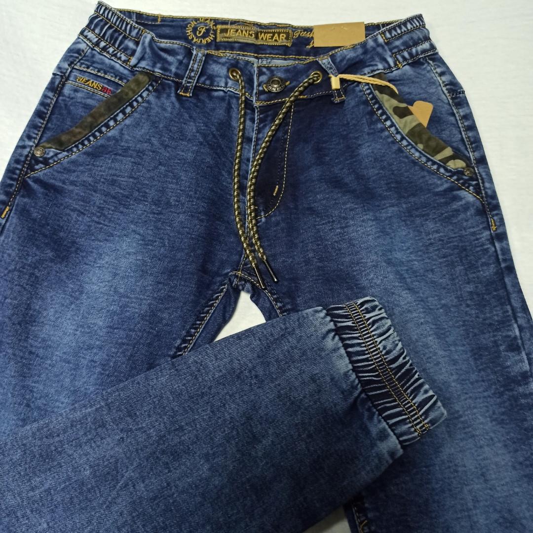 Джинсы демисезонные модные красивые оригинальные синего цвета для мальчика. Низ штанов на манжете.