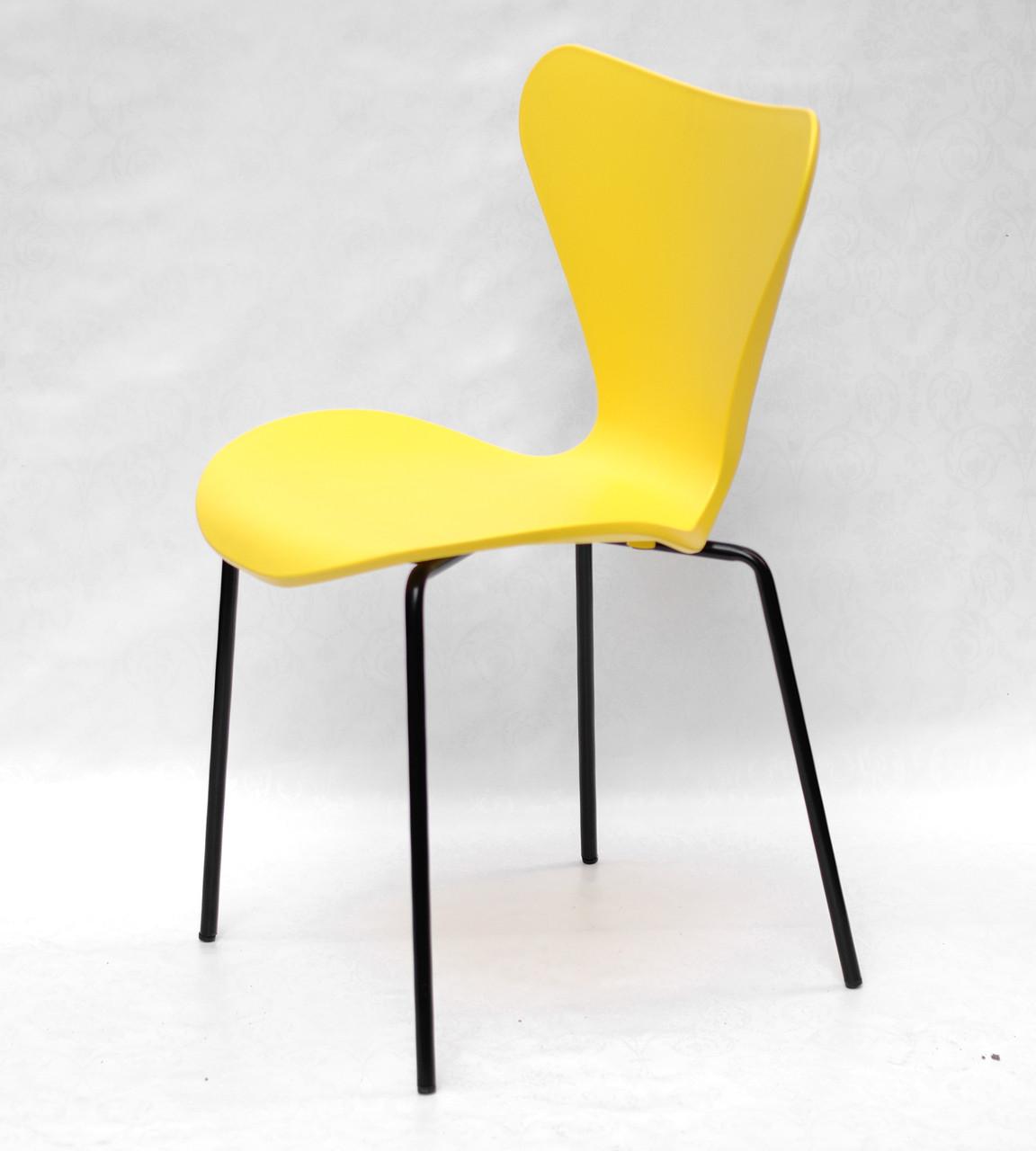 Желтый стул с пластиковым фигурным сиденьем и черными металлически ножками Max Metal-2-BK