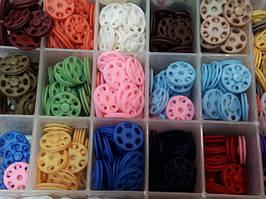 Застібки для одягу, кнопки, гачки, пряжки. Застежки для одежды кнопки, крючки, бегунки, пряжки