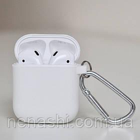 Чехол силиконовый для беспроводных наушников Apple AirPods с карабином Белый