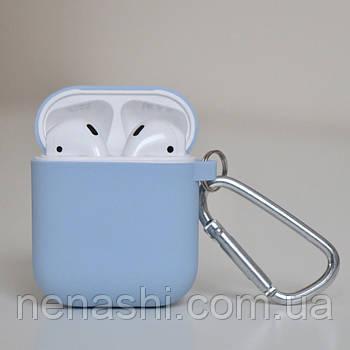 Чехол силиконовый для беспроводных наушников Apple AirPods с карабином Светло-голубой