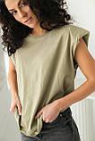 CLEW WOMAN Базовая однотонная футболка с акцентом на плечи - хаки цвет, S, фото 4