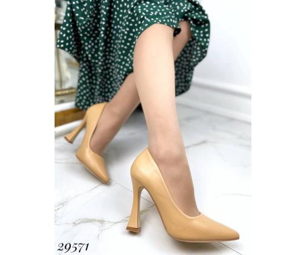 Туфлі з вузьким носком,каблук чарочка ;