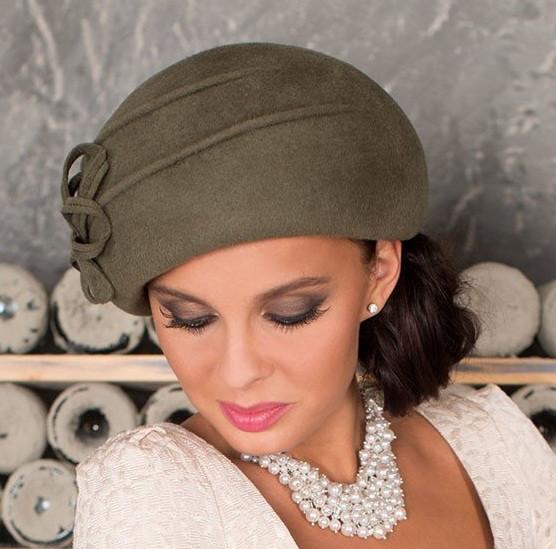 Оливковий фетровий бере капелюх з квітковою композицією