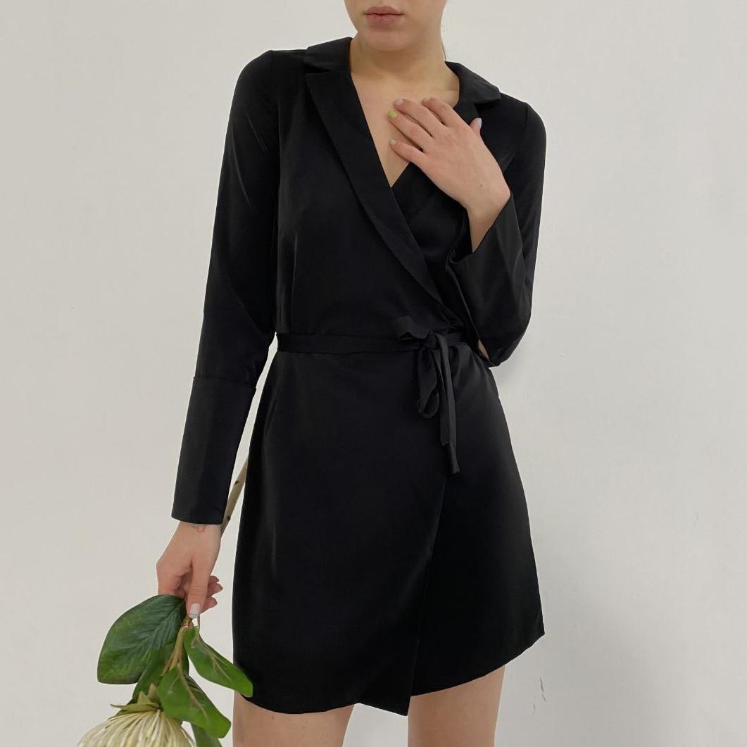 Черное шелковое платье на запахе
