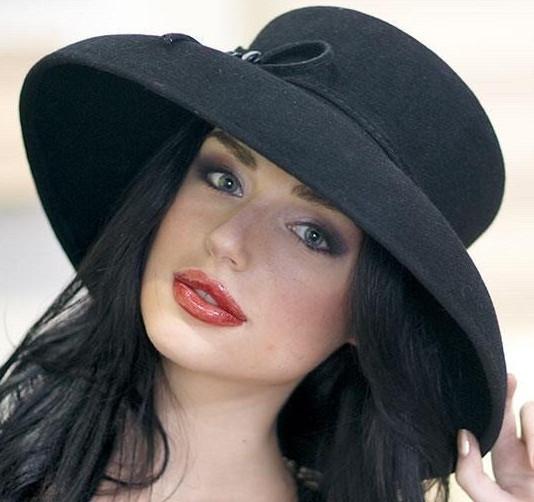 Элегантная шляпка с большими  полями из  фетра