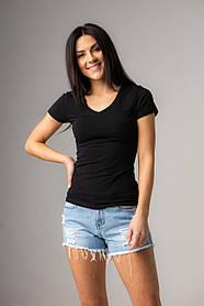 Базовая  черная и белая футболка с V-вырезом горловины в размерах S, M, L, XL.
