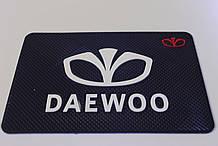 Антиковзаючий силіконовий килимок на торпедо з логотипом Daewoo v2 Деу