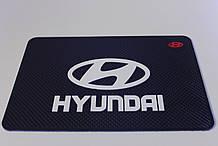 Антиковзаючий силіконовий килимок на торпедо з логотипом Hyundai v2 Хюндай