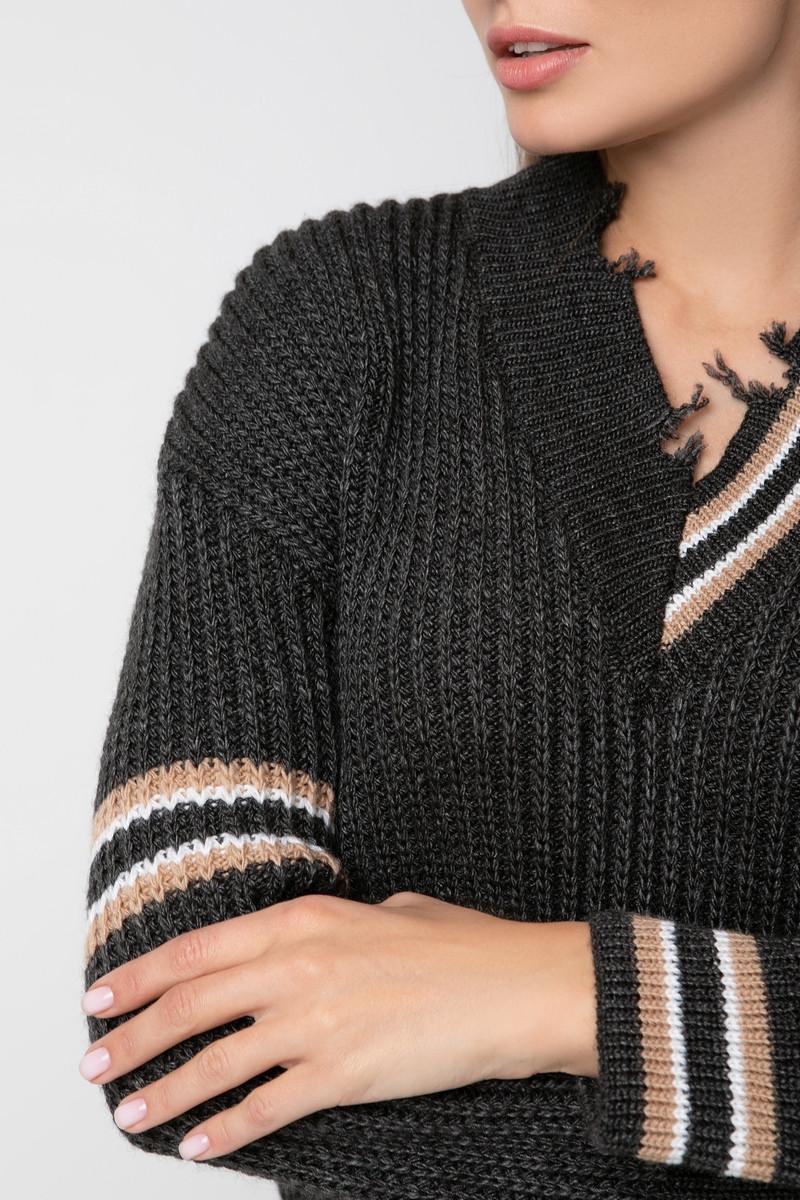 Вязаный пуловер с ассиметричным рисунком и декоративными элементами. Цвет темно-серый 42/44