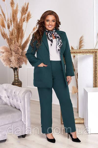 Женский деловой зеленый брючный костюм с пиджаком батал