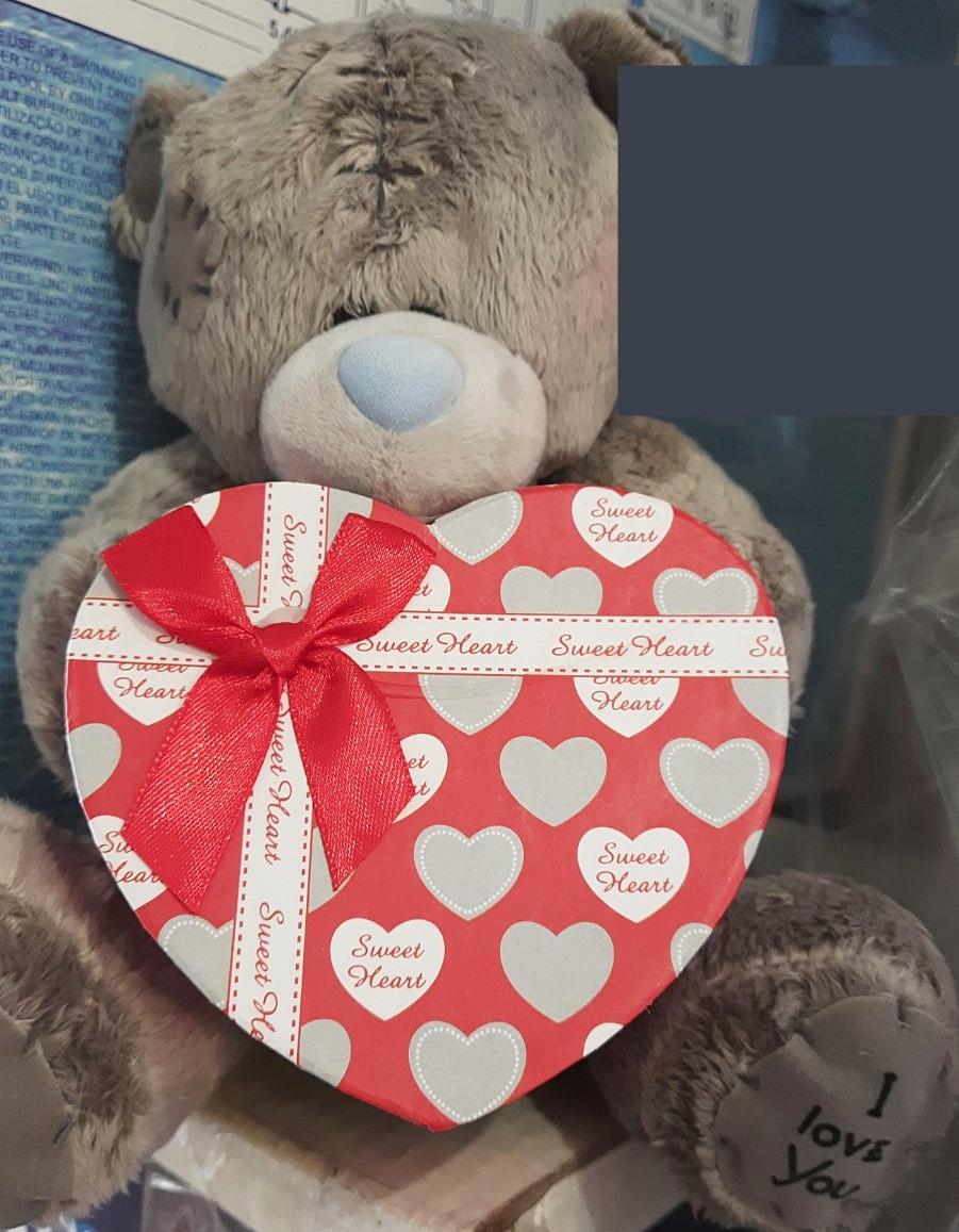 Мишка с коробкой для подарка сердце