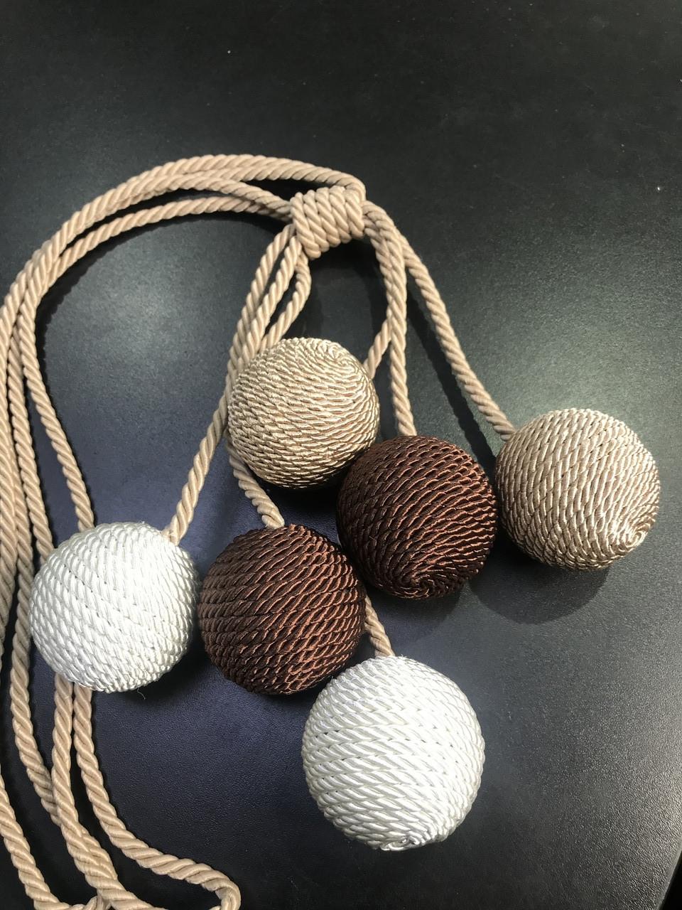 Подхват для штор плетённые шары на шнурке коричневый с бежевым