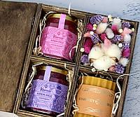 Подарочный набор крем-меда с цветами в деревянной коробке.