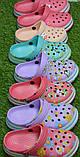 Детские шлепанцы кроксы сабо crocs сиреневые принт цветы р30-35, фото 2