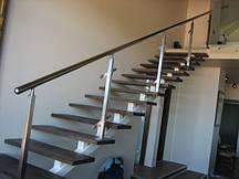 Сходи на другий поверх у приватному будинку
