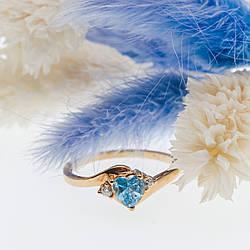 Золоте кільце з блакитним і білим топазом Серце